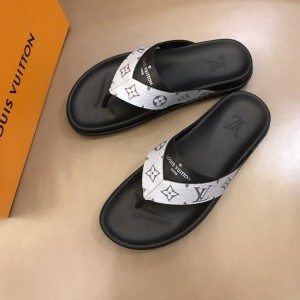 Louis Vuittion flip flop with LV design in silver rubber MS021021