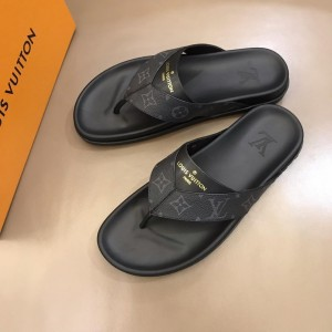 Louis Vuittion black Slippers with LV design in rubber MS021023